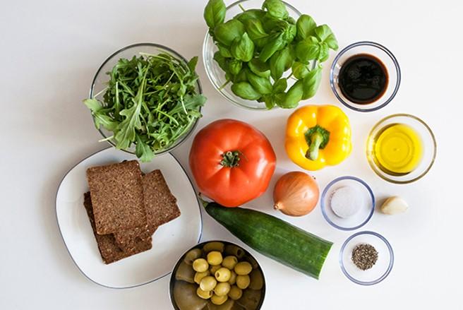 Verschiedene Zutaten zum Kochen auf einem Tisch.
